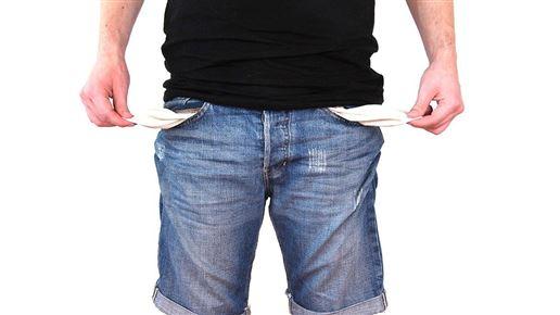 mand i jeans hiver i sine bukselommer