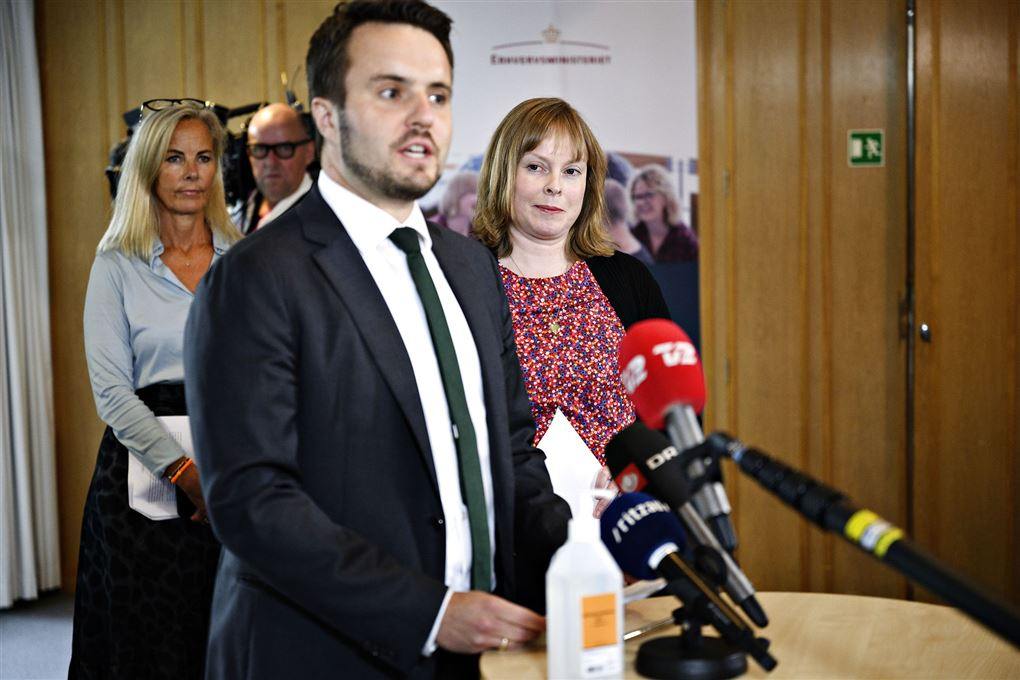 Erhvervsminister Simon Kollerup og kulturminister Joy Mogensen efter en forhandling og foran nogle mikrofoner
