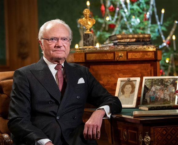 sveriges kong Carl Gustaf sidder i jakkesæt og slips
