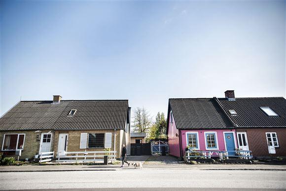 Nogle små byhuse i en forladt by et sted i Danmark