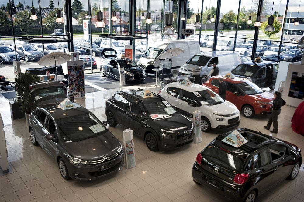 En masse biler i et showroom