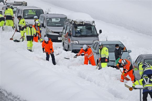 Biler holder stille på snedækket motorvej