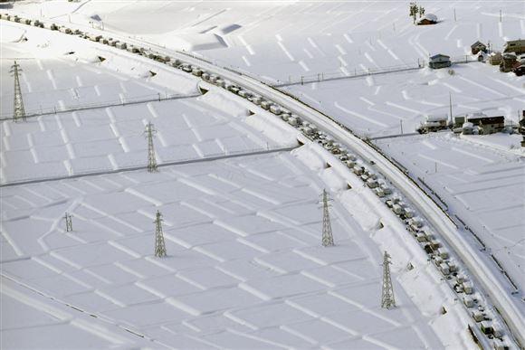 snedækket motorvej set fra luften