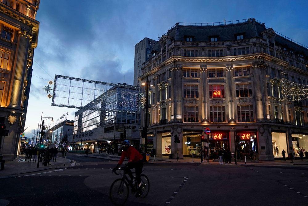Gadebillede fra London med lukkede butikker.