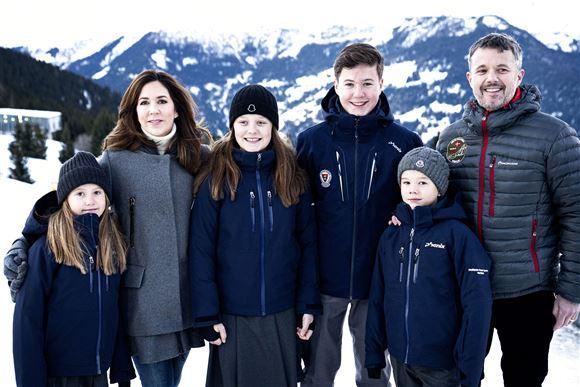 Hele kronprinsfamilien i Verbier.