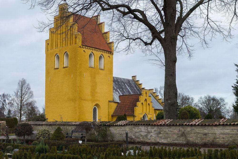 En gulkalket kirke