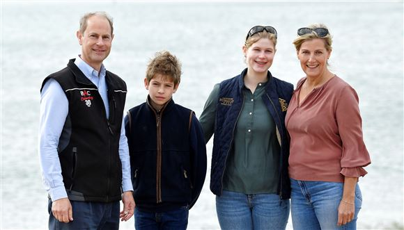 Prins Edward sammen med sin kone Sophie og parrets to børn James, 13, og Louise, 17.