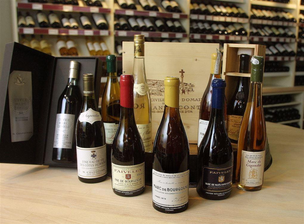 gode vine på et bord i en forretning