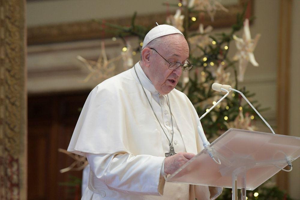Paven læser sit budskab op