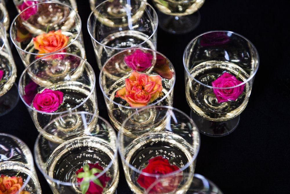 glas med mousserende drikke