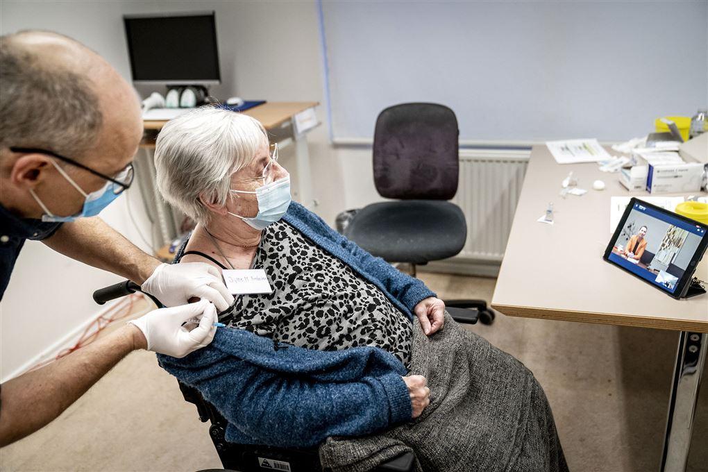 Den første dansker der fik corona vaccinen fotograferet under stikket