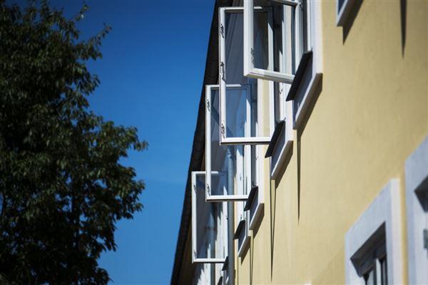 En facade med åbne vinduer i