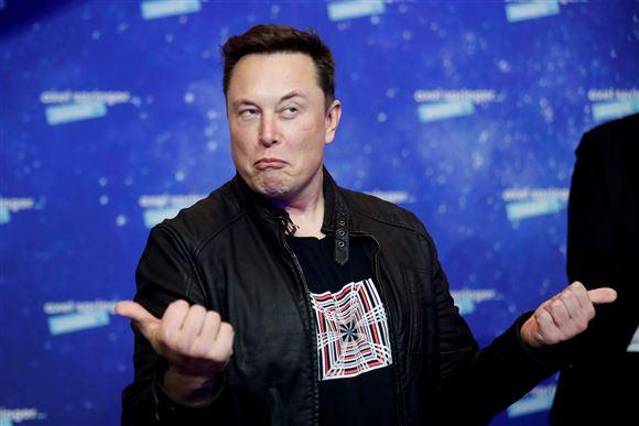 Elon Musk med tommelfingrene opad