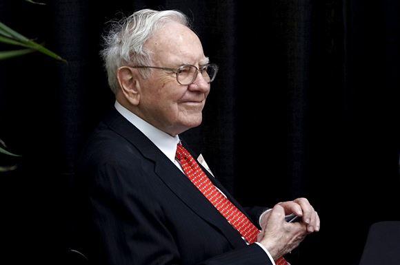 Warren Buffet med rødt slips