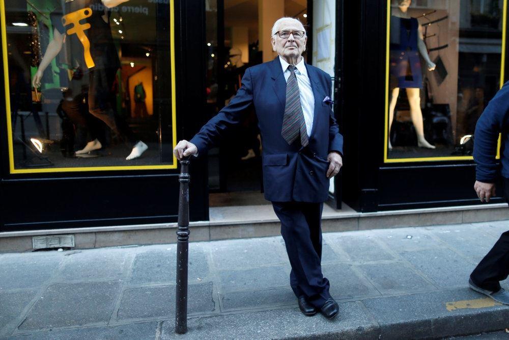 modeskaberen Pierre Cardin står foran butik
