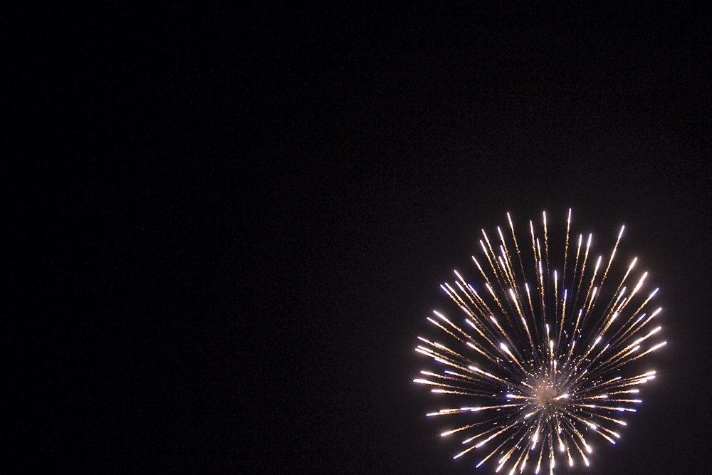 Fyrværkeri på nattehimlen.