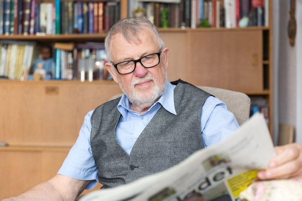 Ældre mand læser avis