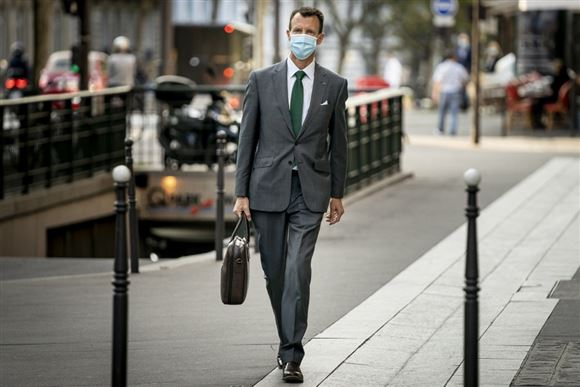 prins joachim går på gaden med mappe