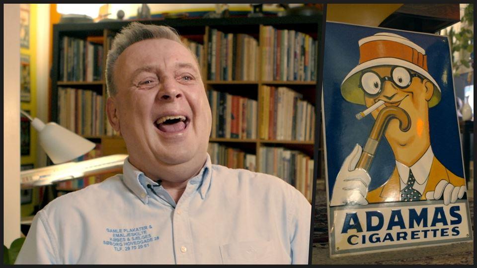 Collage af grinende mand og reklameskilt