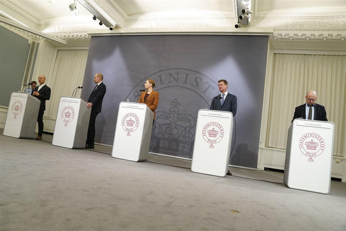 fem pulte ved pressemøde i statsministeriet