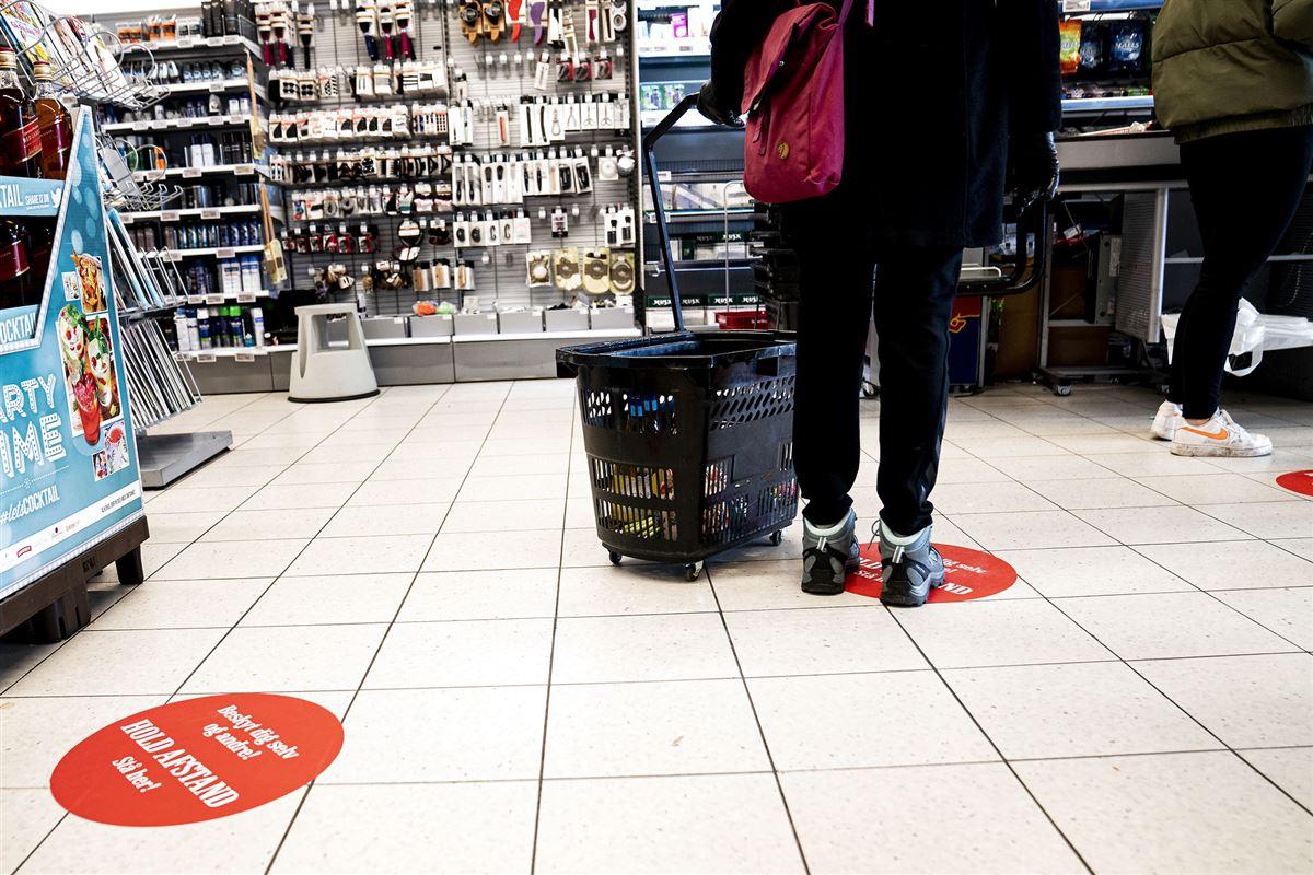 Afstandsmærkater i gulvet i et supermarked