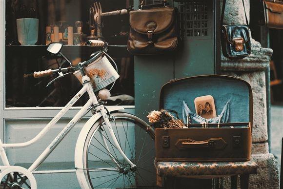 Retro værksted med Cykel, kufferter og lignende.