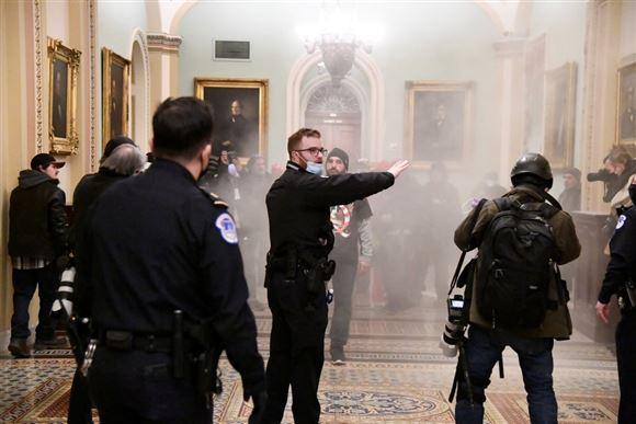 røg og politifolk inde i den amerikanske kongres