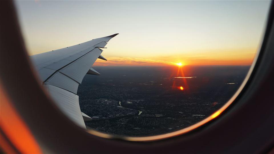 solnedgang set fra flyvindue