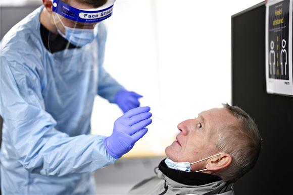 En mand får foretaget en lyntest via en pind i næsen