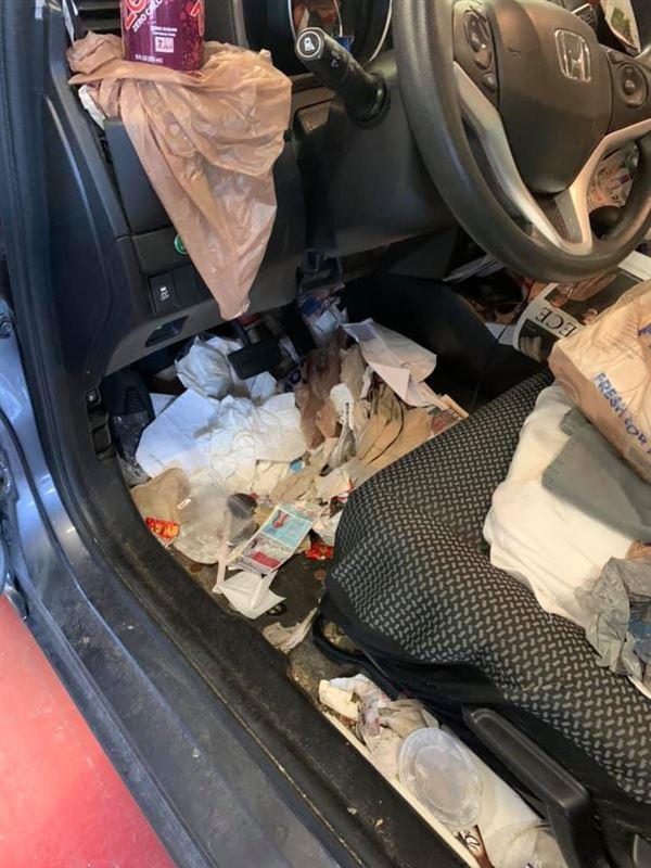 affald ligger under pedalerne