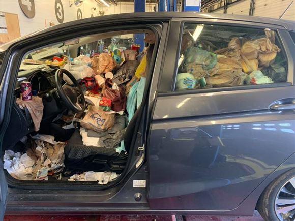 her ser man affaldet inde gennem døren i førersiden