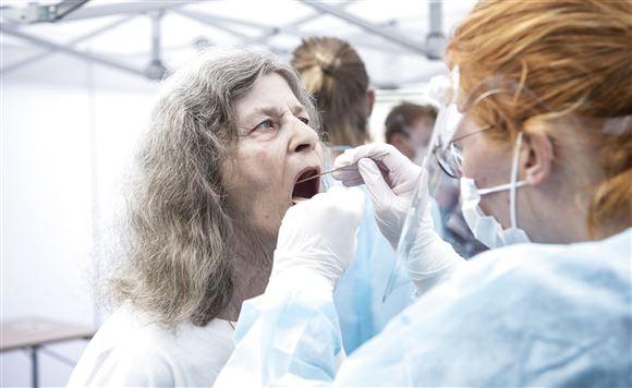 kvinde for foretaget en coronatest