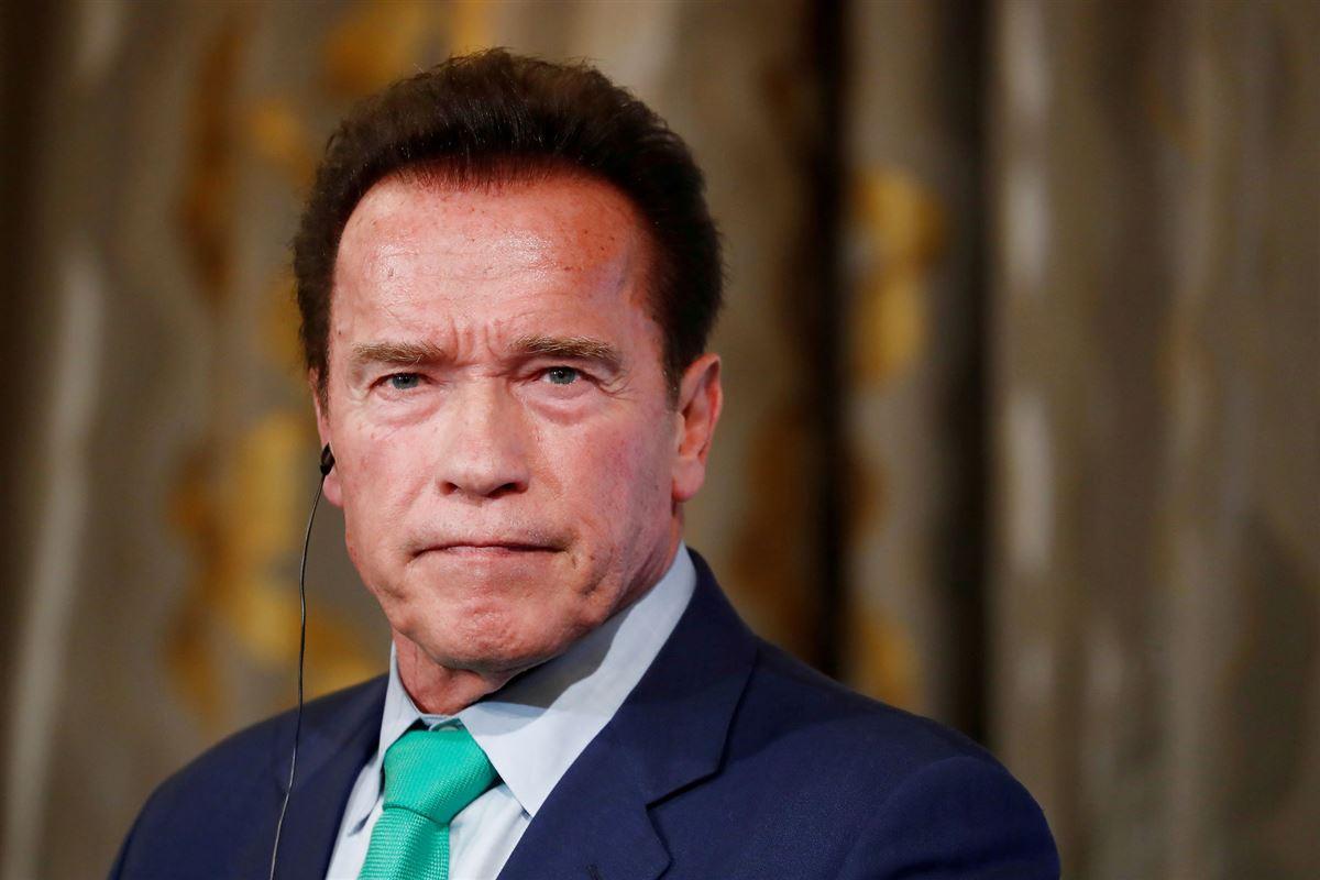 Nærbillede af en sammenbidt Arnold Schwarzenegger.