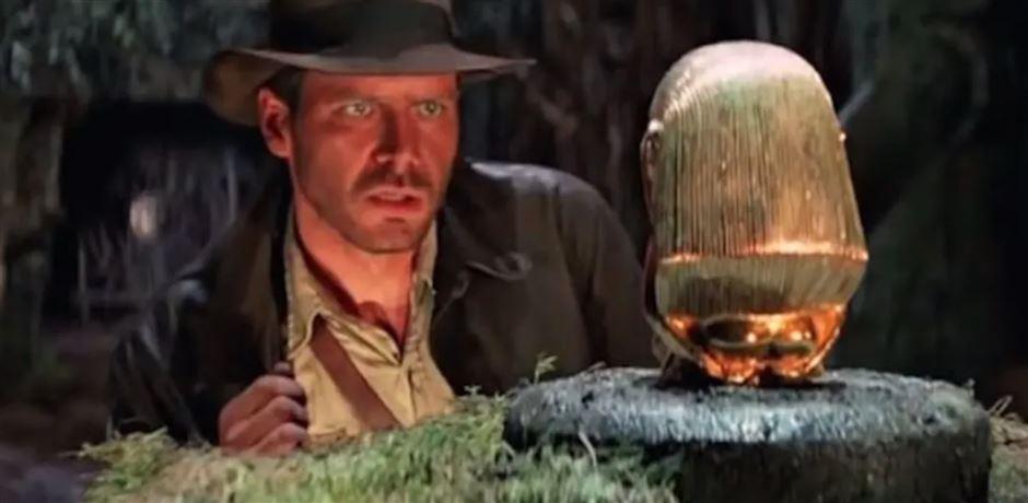 Indiana Jones stirrer på en gylden figur
