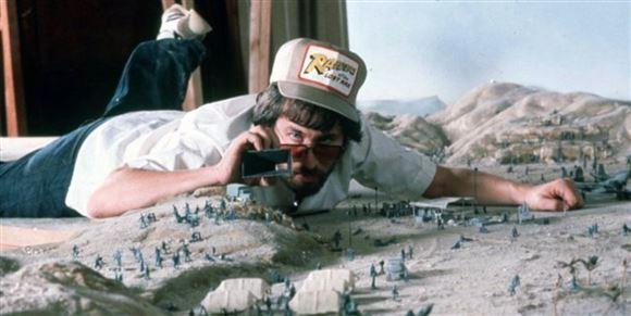 Steven Spielberg ligger på maven og filmer