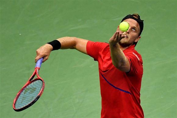 tennisspiller server