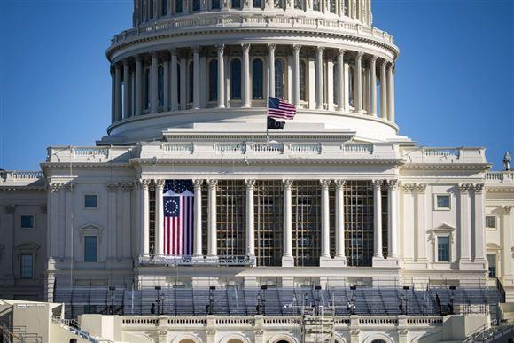 den amerikanske kongres med flaget på halv