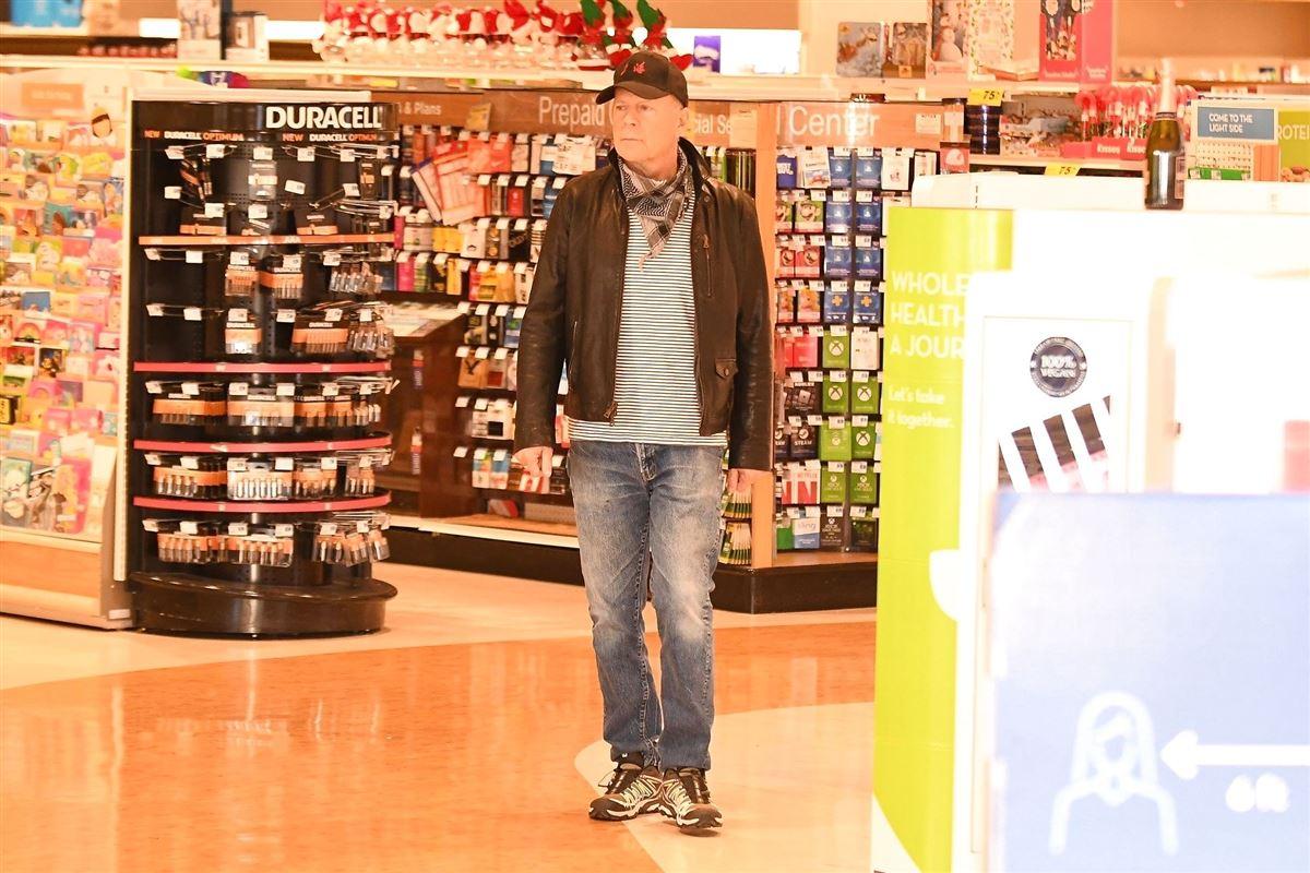 Bruce Willis går rundt på apotek