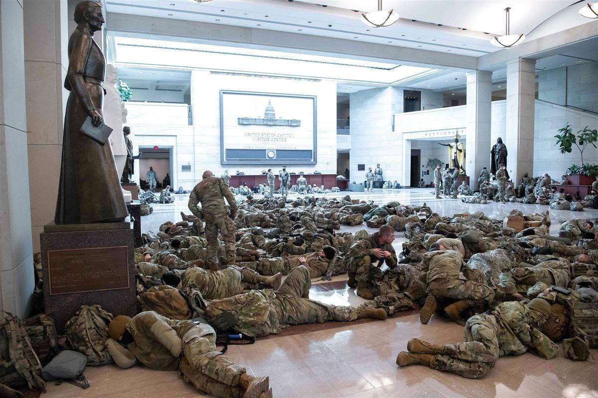 Soldater sover i en stor marmorsal