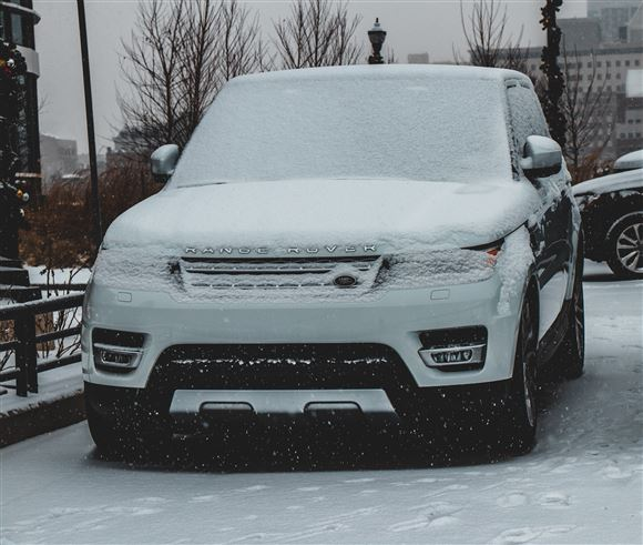 En Range Rover tildækket af sne