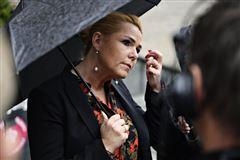 Inger Støjberg under en paraply