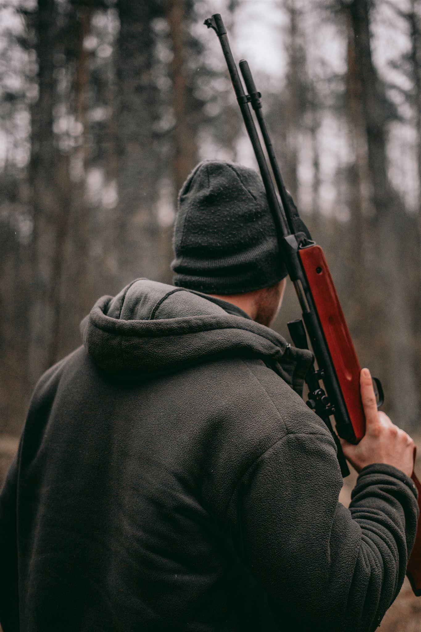 En jæger med en riffel