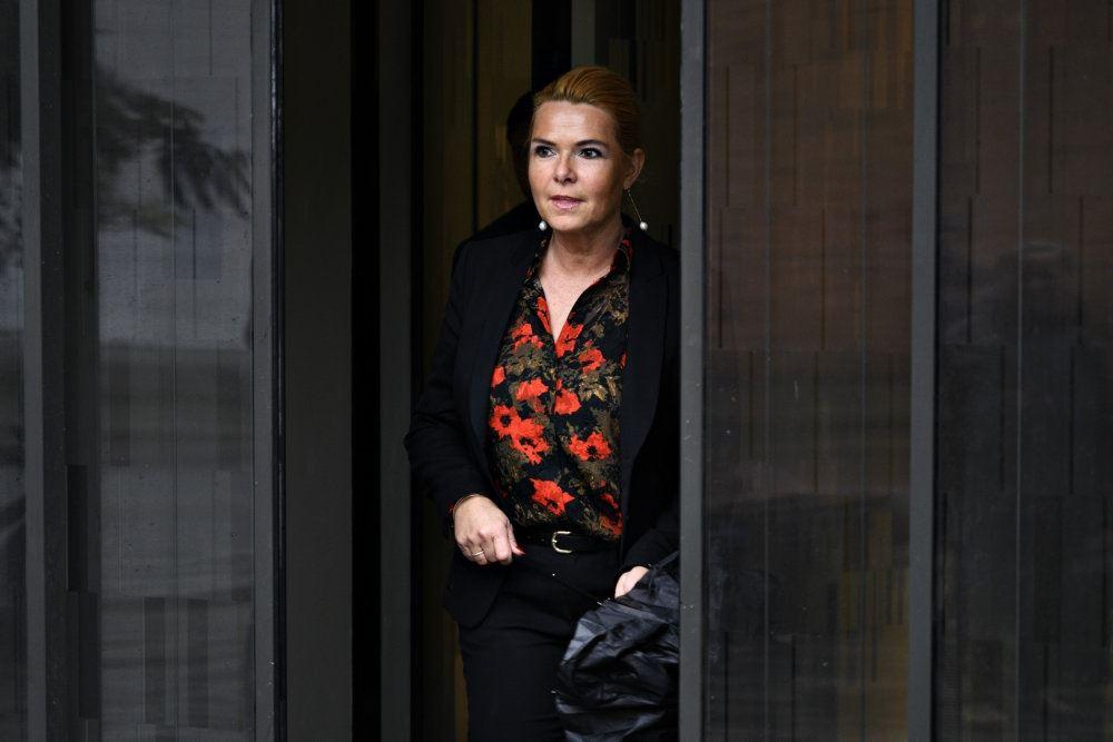 Inger Støjberg på vej ud af en dør