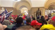 billede inde fra kongresbygningen som viser demonstranter