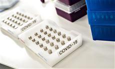 Beholdere med coronaprøver