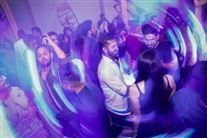 En stor gruppe personer er samlet til en fest på et dansegulv