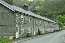 Det der ligner hovedgaden i den lille landsby med en række gamle rækkehuse