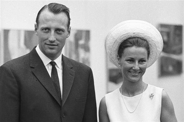 sort/hvid billede af kronprins Harald og Sonja Haraldsen