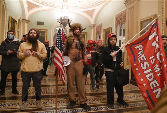 Trumptilhængere med flag inde i kongressen