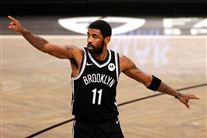 En basketballspiller på banen